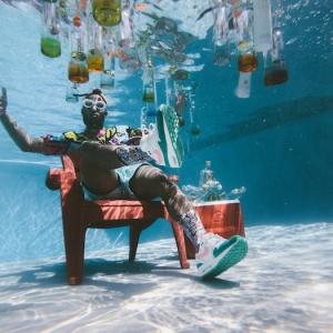 ein schwimmpool ein mannmit brille unter dem wasser was kann man heute machen stuhl flaschen mit alkohol