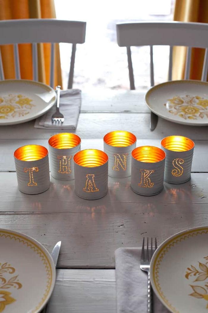 ein weißer tisch aus holz und teller aus alt mach neu teelicht kerzenständer aus alten weißen dosen