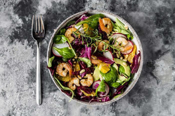 eine gabel und teller mit salat mit grünen blättern eines feldsalats rezept für feldsalat und ein dressing
