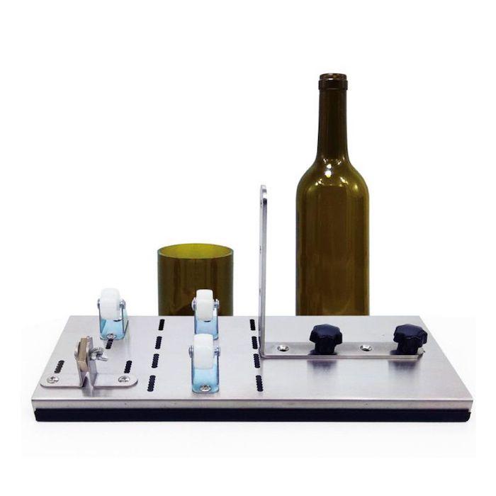 eine grüne geschnittene flasche ein wine bottle cutter messer diy ideen für erwachsene nachhaltige geschenke