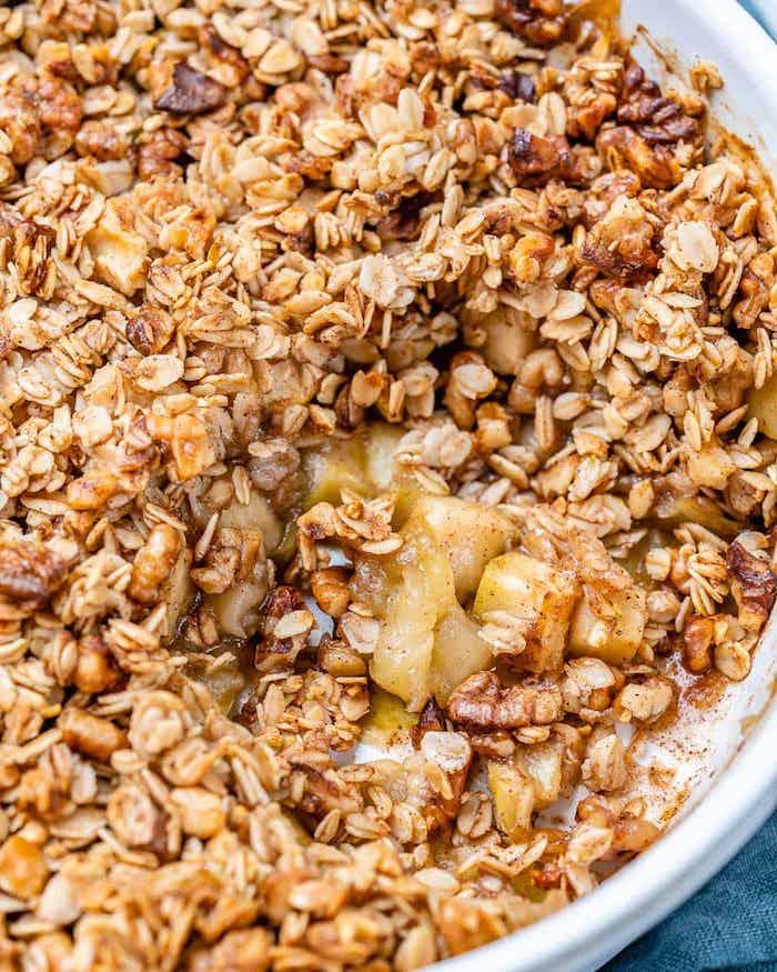 eine weiße schlüssel mit einem apple crumble müsli rezepte für nachspeisen