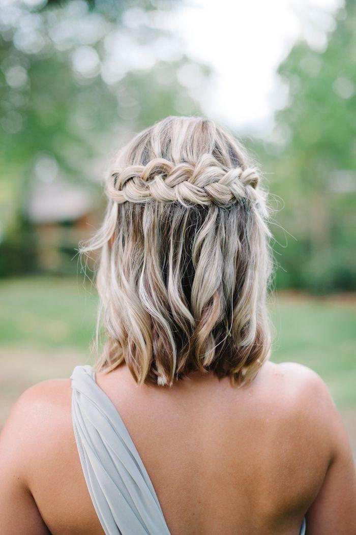 einfache frisuren für hochzeitsgäste kurzhaarschnitt blonde haare mit strähnen flechtfrisuren kurze haare brautjungfer