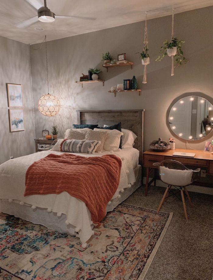 einfache schlafzimmer dekor ideen hängende pflanzen offene regale bunter teppich großer runder spiegel teenager zimmer mädchen modern einrichten