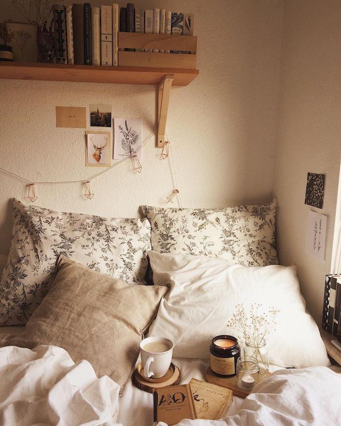 einrichtung schlafzimmer beige farben tumblr deko regal mit büchern kissen mit blumen cozy zimmer einrichten minimalistisch