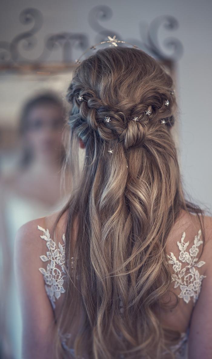 elegante brautfrisuren lange haare blond mit strähnen geflochtene haare mit accessoires weißes kleid mit spitze traumhafte hochzeit inspiration und ideen