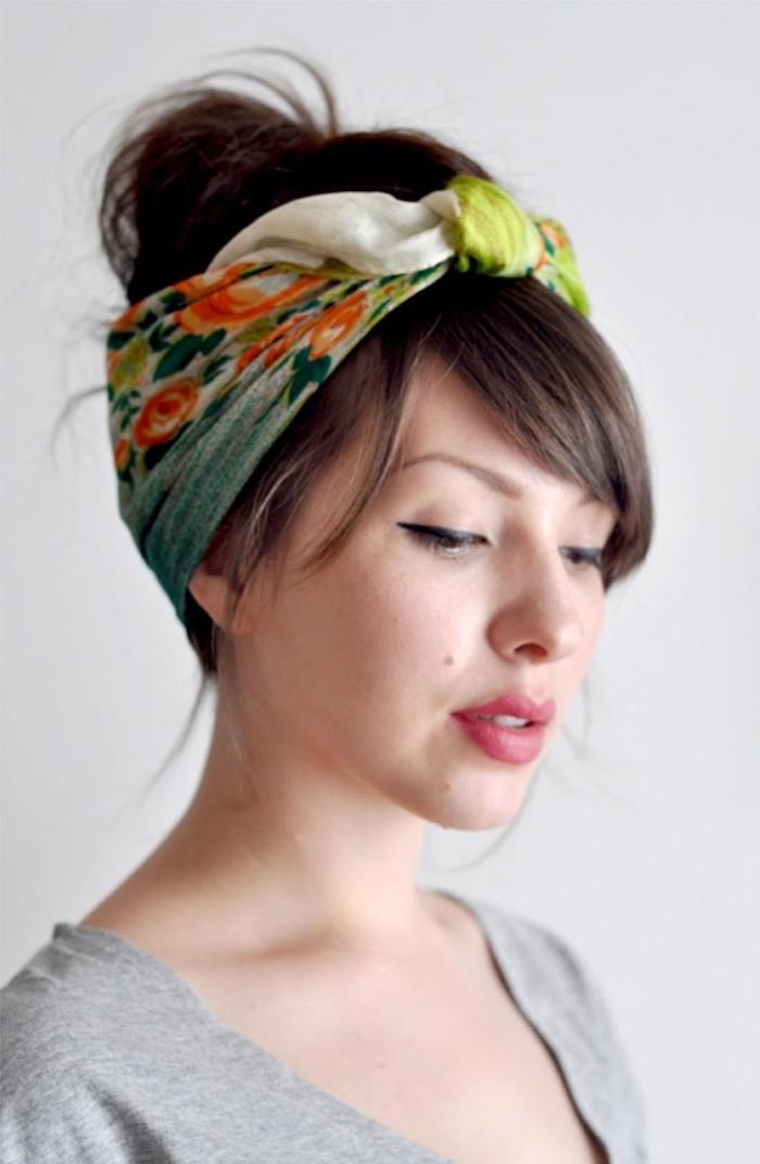 elegante frisur für frauen mit schulterlangem haar mit kopftuch und knote leicht geschminkte frau mit rosa lippenstift und grauer bluse