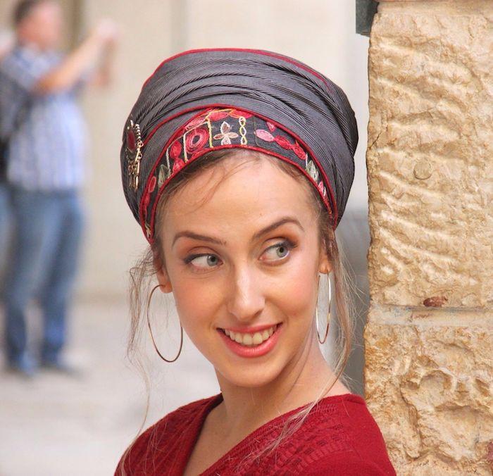elegante frisur für mittellange haare 2020 kopftuch turban binden schwarzer pulli mit graue rotem schal rosa lippen goße ohrringe