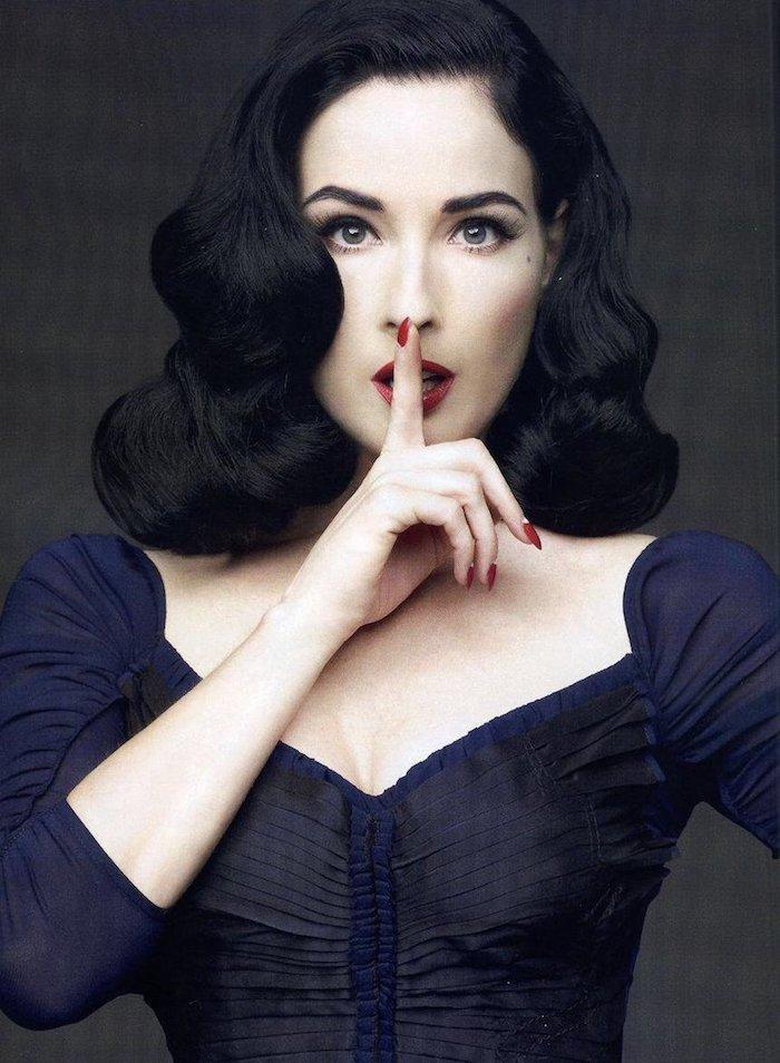 elegante retro style frisur mittellange haare schwarzes glattes welliges haar dita von teese mit dunkelrotem