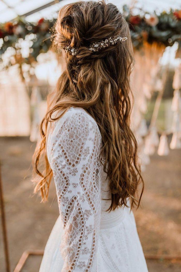 elegantes hochzeitskleid lang mit spitze boho chic style lange braune haare frisur halboffen mit accessoires im haare gewellte haare