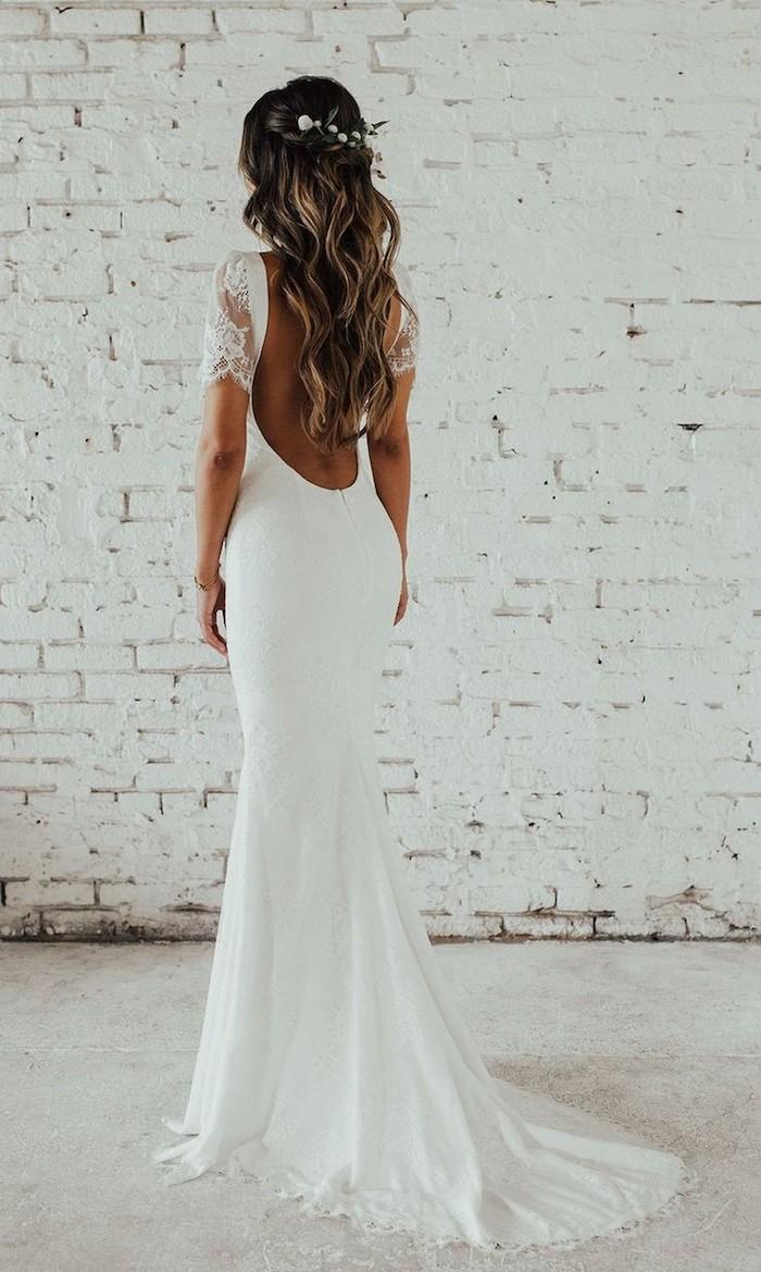 elegantes hochzeitskleid ohne rücken mit spitze am arm braune haare mit blonden strähnen hochstechfrisuren halboffen mit wellen