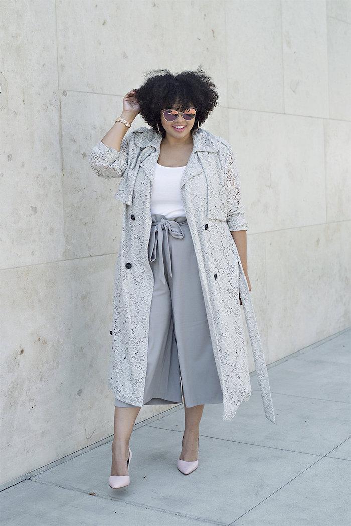 elegantes outfit in grau culotte hose kombinieren mit weißem t shirt langem mantel und schuhen mit absatz lockige frisuren für kurze haare schwarz
