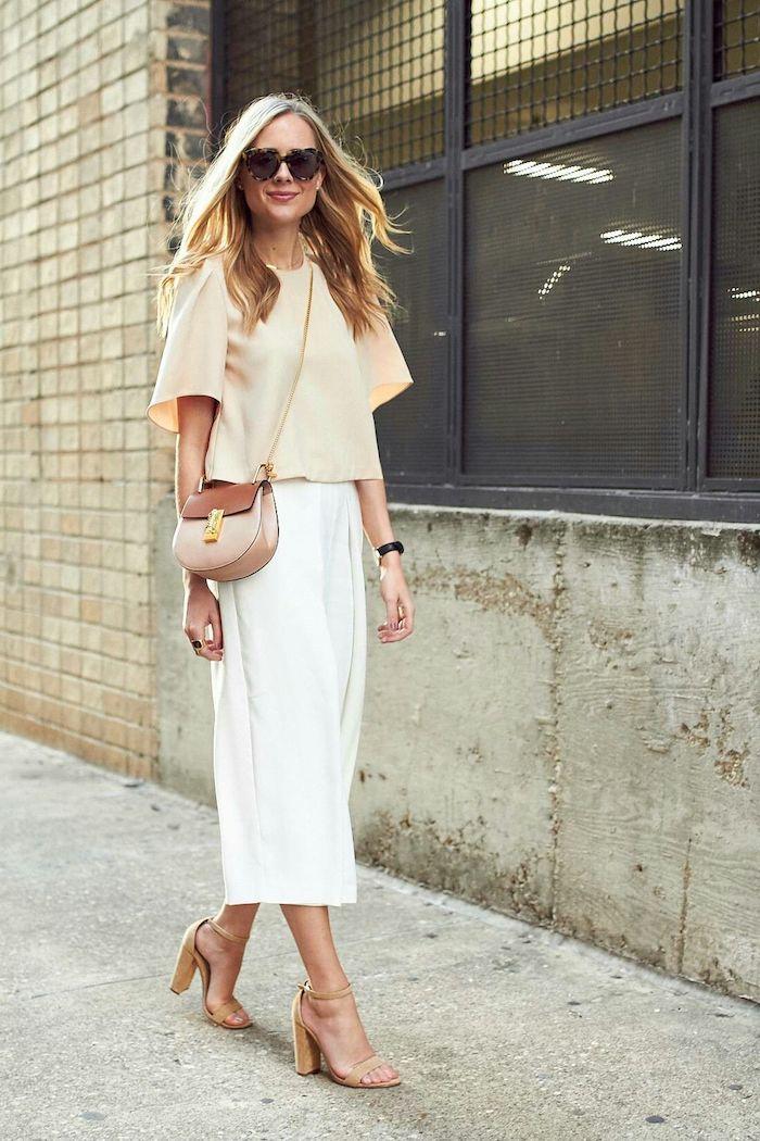 elegantes outfit in weiß und beige sandalen mit absatz mini tasche frau mit langen blonden haaren welche schuhe zur culotte mode inspo