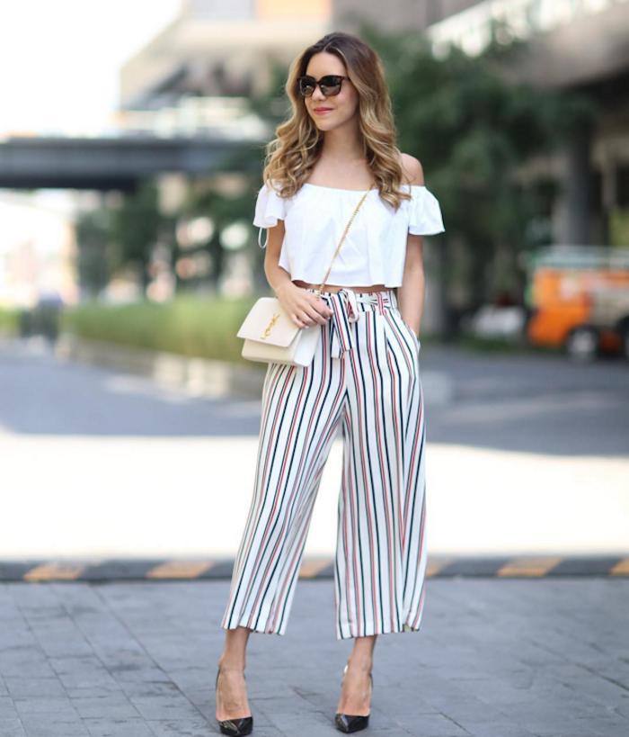 elegantes outfit sommer braune haare mit blonden strähnen culotte gestreift weiße kruze bluse schwarze pumps