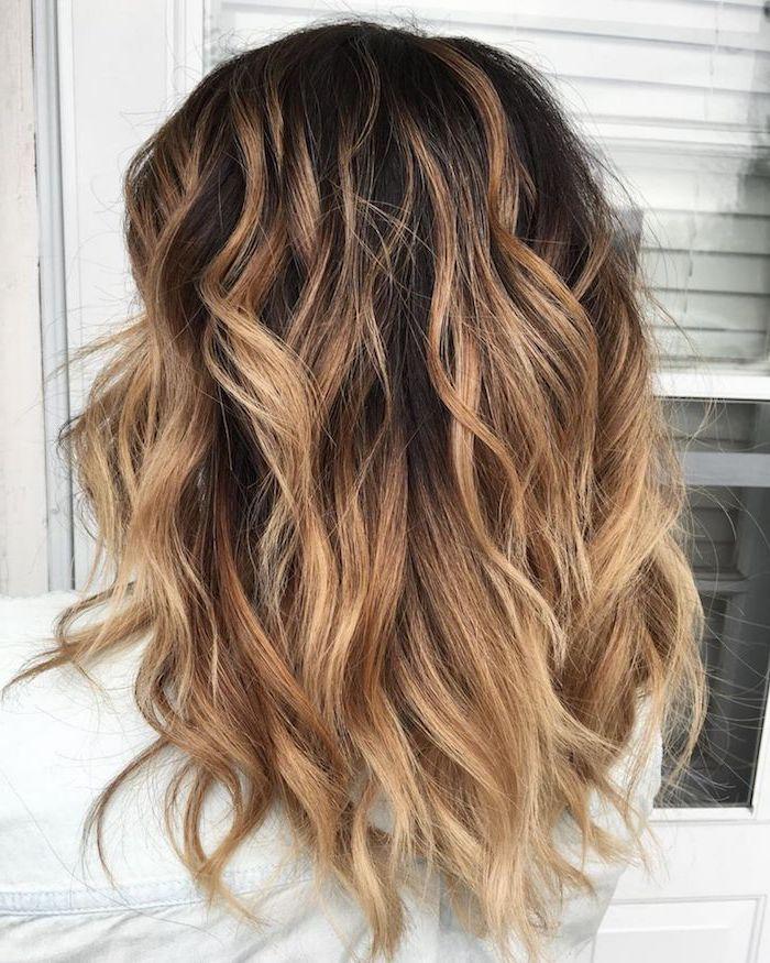 ellegante frisur für den alltag oder die arbeit braunes haar mit ombre effekt wellig frau mit weißer bluse