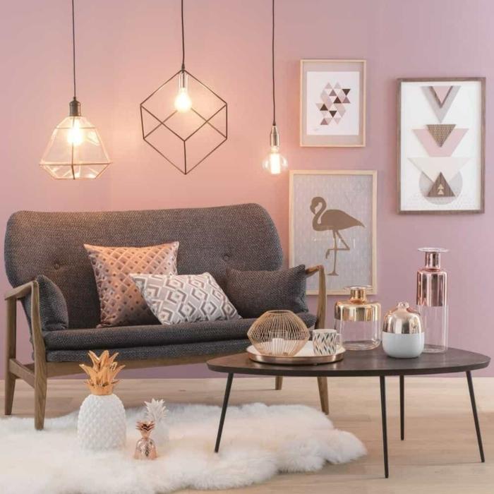 farbe malve im wohnzimmer dusty rosa weißer flauschiger teppich graues sofa wohnzimmerdeko feminin