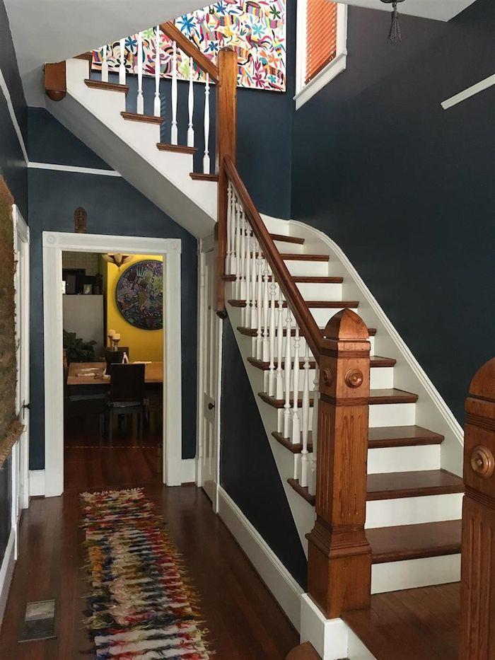 farben treppenhaus beispiele dunkelblau mit weiß und holz kombinieren ideen wände streichen