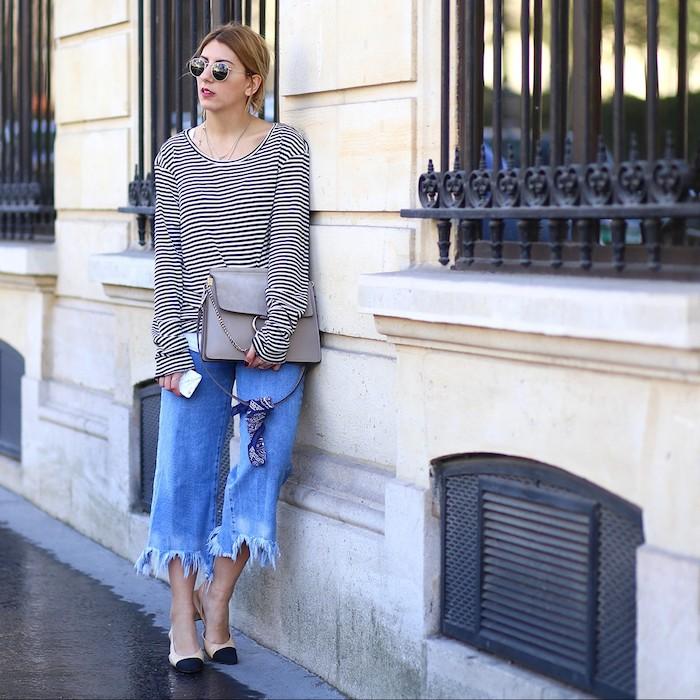 fashion inspo street style paris culottes jeans weit schwarz weiße karierte bluse graue mini tasche dunkelblonde frau schwarz beige pumps