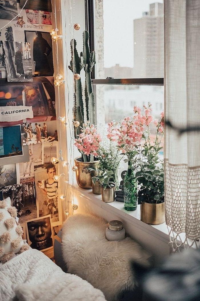 fensterbank dekoriert mit vielen blumen teenager zimmer mädchen wand mit vielen fotos lichterketten flauschige decke