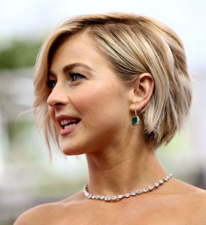 frisur für mitellangen haarschnitt frau mit blonden lockigen haaren mit silberem halsband und grünen ohrringen