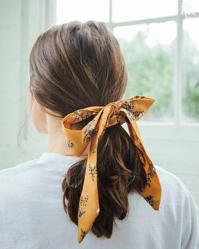frisur für mittellangem haar mit orangen kopftuch mit blumen und pferdeschwanz weiße bluse