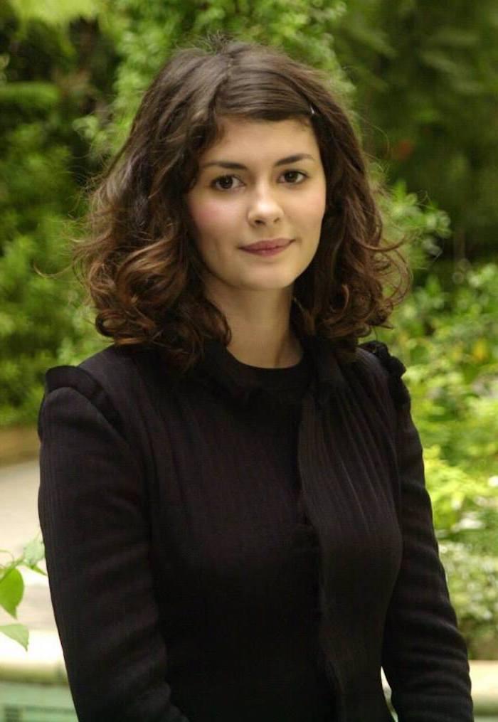 frisur für mittellanges haar wellig braunes haar audrey tautou mit schwarzem langen kleid