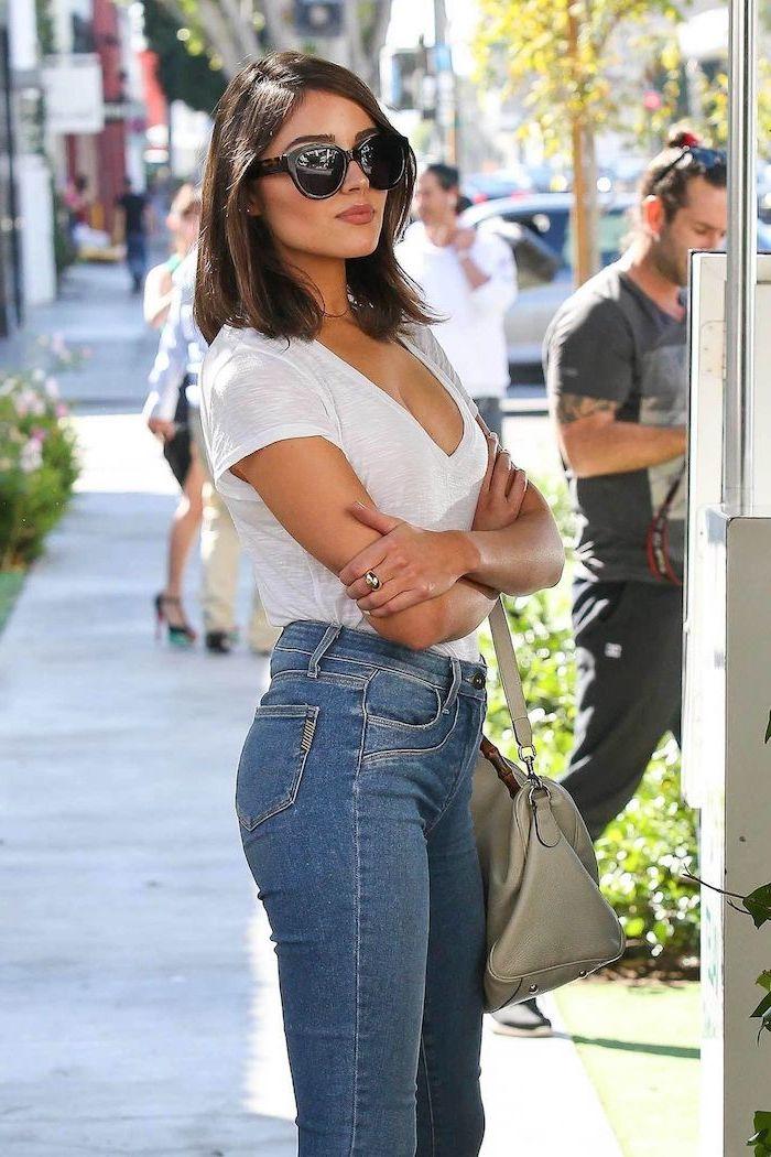 frisur für schulterlangem glatten haar braun frau mit jeans weißem tshirt und schwarzen sonnenbrillen
