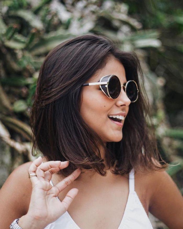 frisur für schulterlangem haarnschnitt glatt frau mit weißem top und schwarzen sonnenbrillen