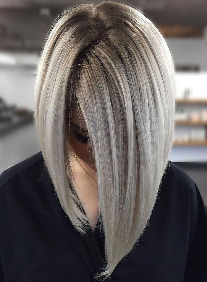 frisur mittellangem haarschnitt glattes haar grau hellblonde farbe frau mit schwarzer bluse