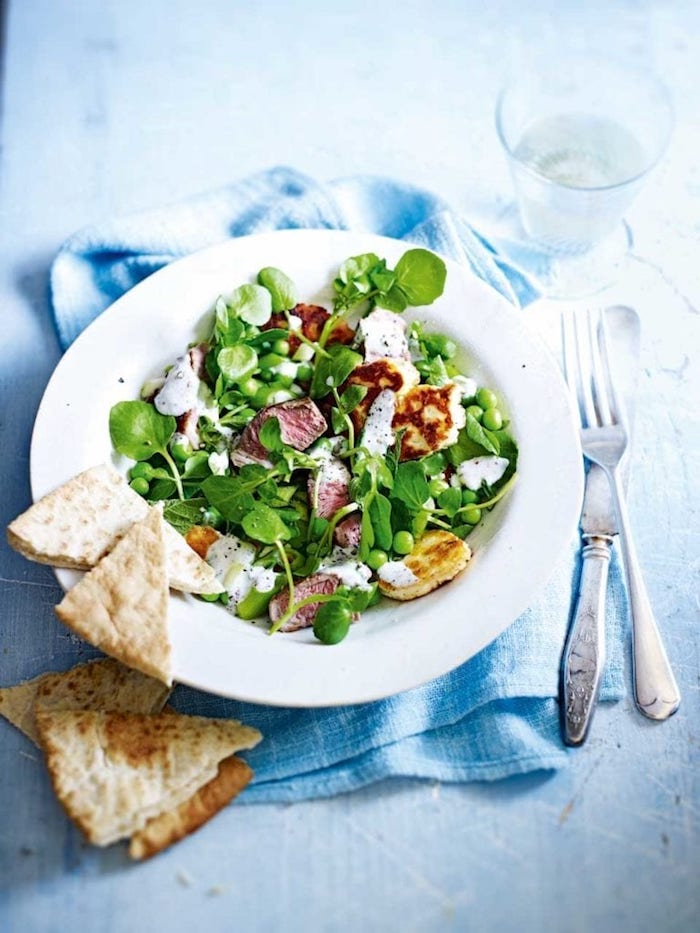 gabel und messer weißer teller mit salat mit grünen blättern eines feldsalats salat mit käse fleisch schinken und brot