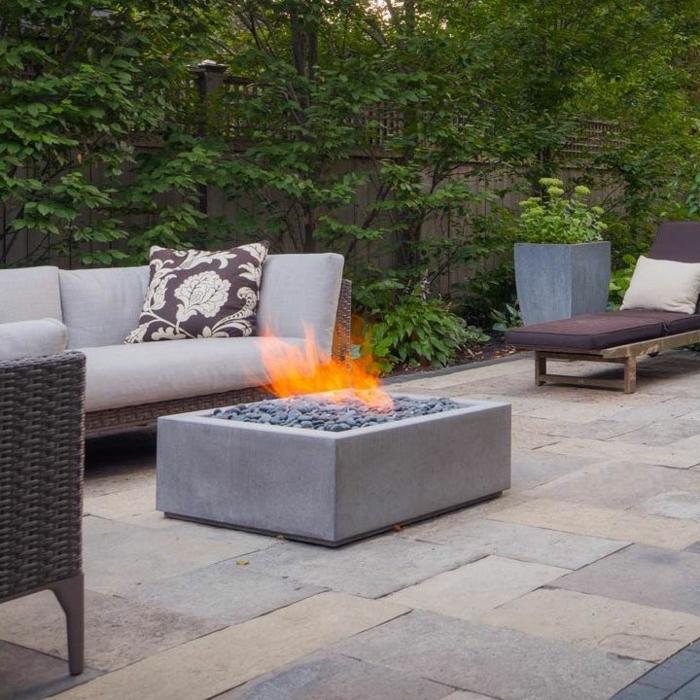 garten deko ideen eckige feuerstelle aus beton fliesen außenfliesen aus naturstein