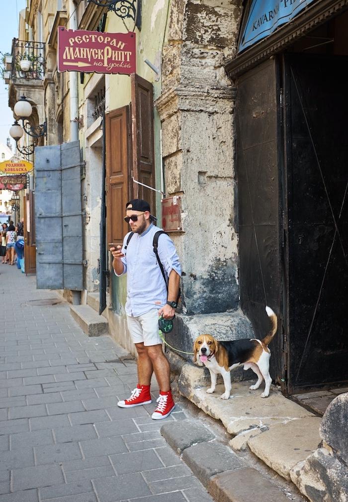 gassi geneh mit hund aus einem tierheim was kann man heute machen ein mann mit brille und roten schuhen