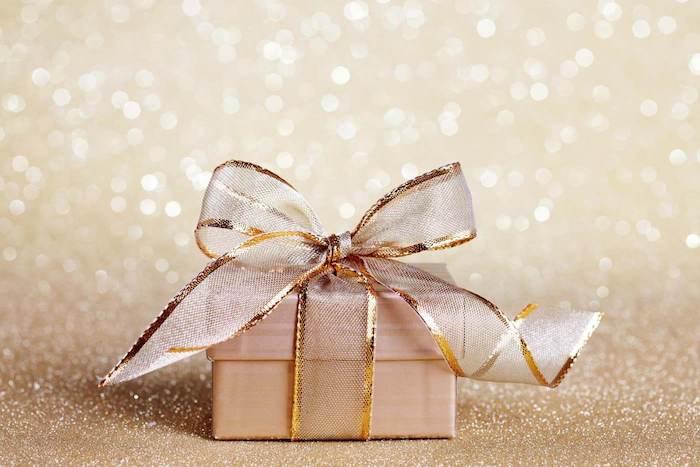 geldgeschenke goldene hochzeit verpackungsideen rosa-golde verpackung mit goldener schleife geschenkbox goldene hochzeit