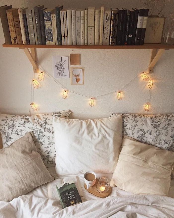 gemütliche herbst schlafzimmer dekoration jugendzimmer mädchen ideen mit lichterketten offenes regal mit büchern deko kissen weiß und beige