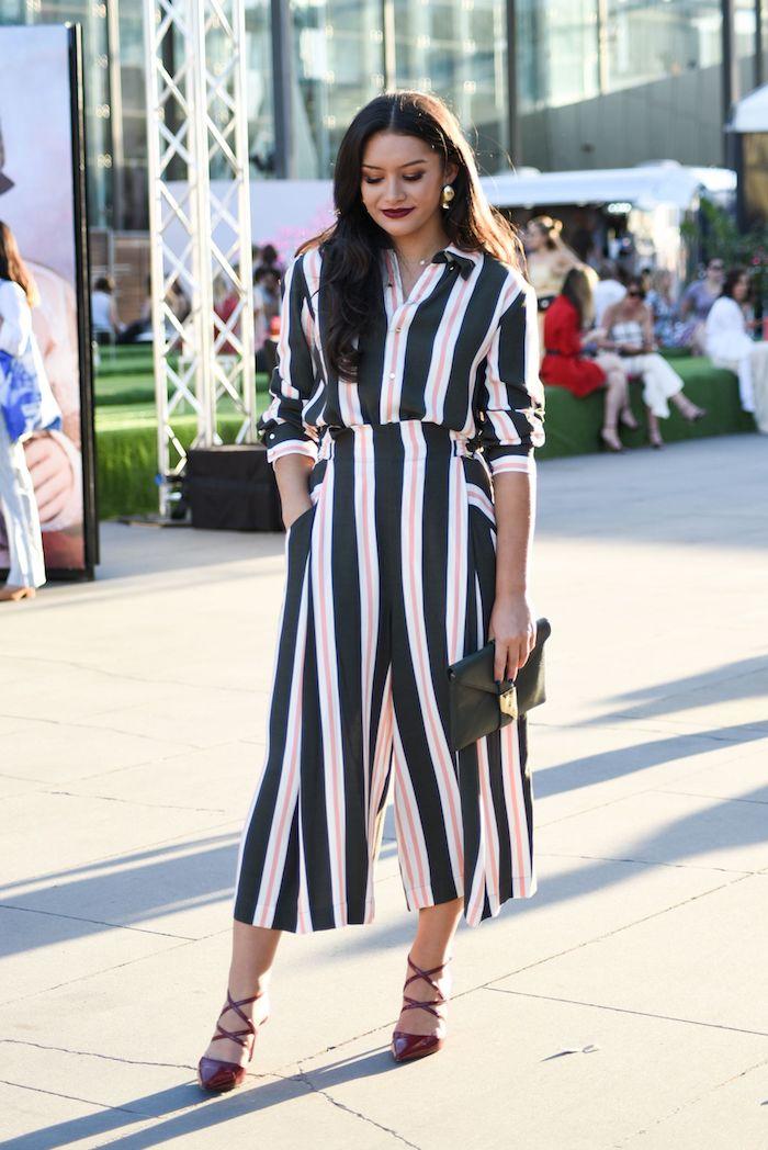 gestreiftes outfit in pink grün und weiß weite hose kombinieren culottes für welche figur rote high heels schwarze clutch frau mit schwarzen haaren street style fashion week