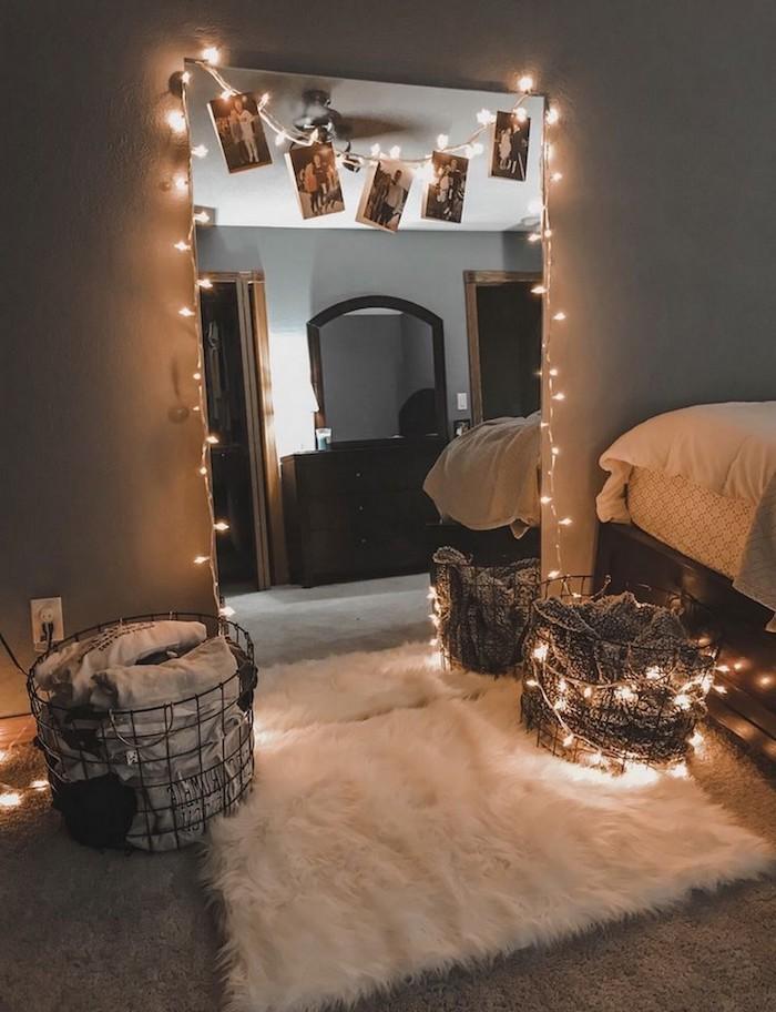 großer spiegel dekoeriert mit lichterketten weißer flauschiger teppich kleinen raum größer aussehen lassen ikea jugendzimmer ideen und inspiration körbe aus metall