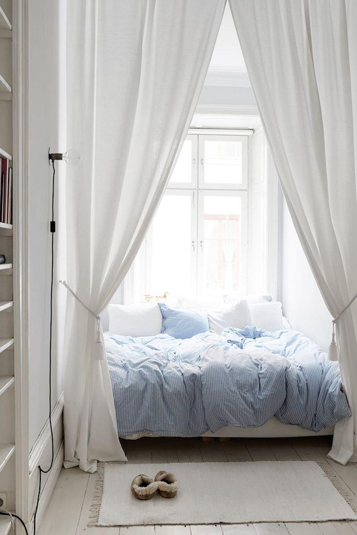großes bett mit vorhängen blaue bettwäsche minimalistische einrichtung schlafzimmer jugendzimmer mädchen ideen neutrale farbtöne kleine räume interior design