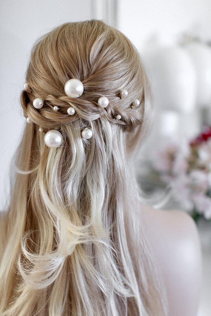 haaraccessoires weiße perlen im haar lange blonde haare brautfrisur offen halb hoch halb unten hochzeitsfrisuren stylische idee