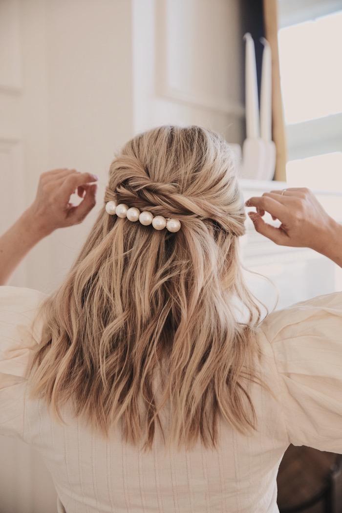 halb hoch halb unten hochsteckfrisur mit losen wellen und haarspange mit perlen mittellange haare einfache frisuren für hochzeitsgäste