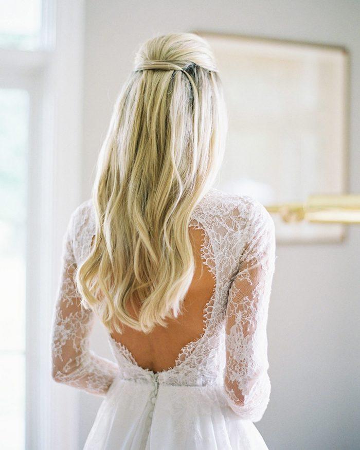 halb hoch halb unten hochsteckfrisuren lange haare hellblond elegante frisuren für die hochzeit weißes kleid ohne rücken mit spitze traumhafte hochzeit