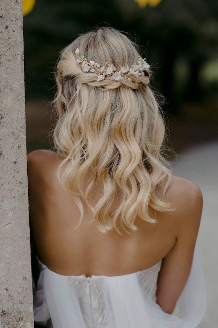 hochzeit brau mit blonden mittellangen haaren hochzeitsfrisuren offen leicht gewellt mit accessoires im haar weißes rückenloses kleid inspiration und ideen