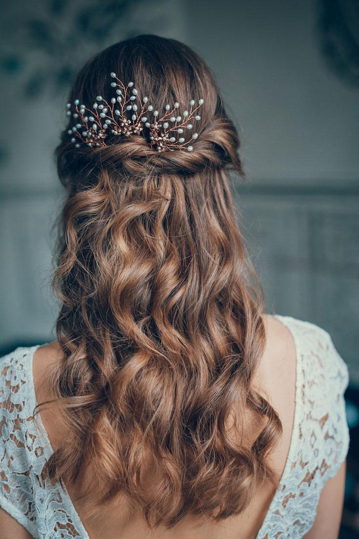 hochzeit inspiration brautfrisur offen halb hoch halb unten kamm accessoire blaue perlen weißes kleid ohne rücken braune haare mit wellen simple haarfrisuren braut