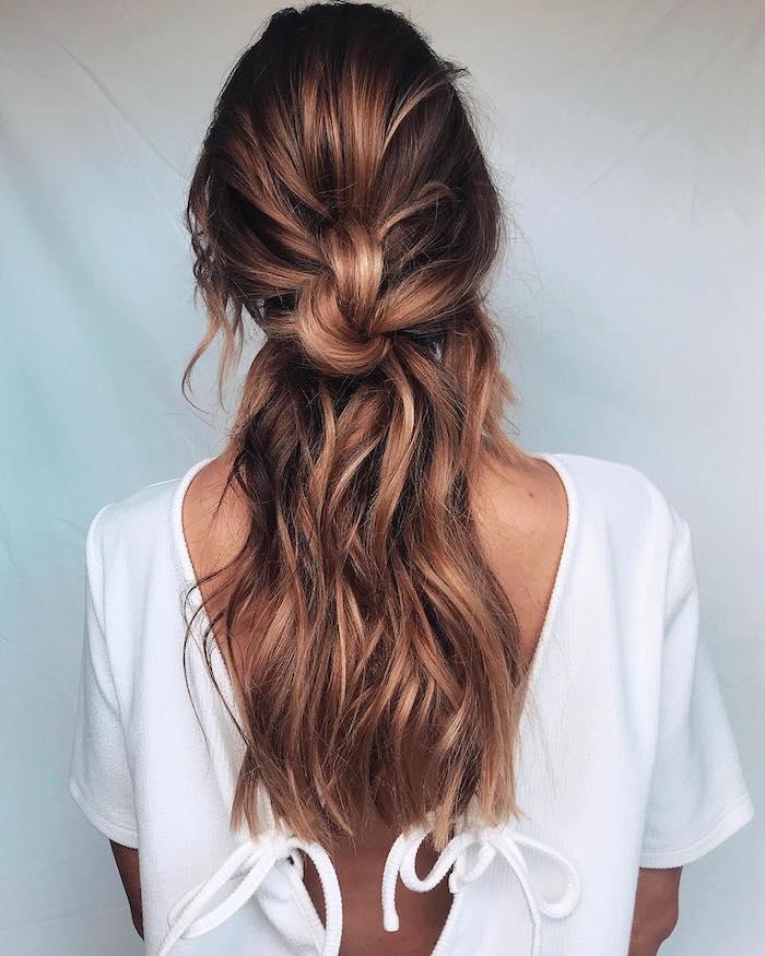 hochzeit vorbereitung haare fhochsteckfrisuren halboffen mit locken leicht gewellt braune haare mit blonden strähnen lässige schöne frisur hochzeit