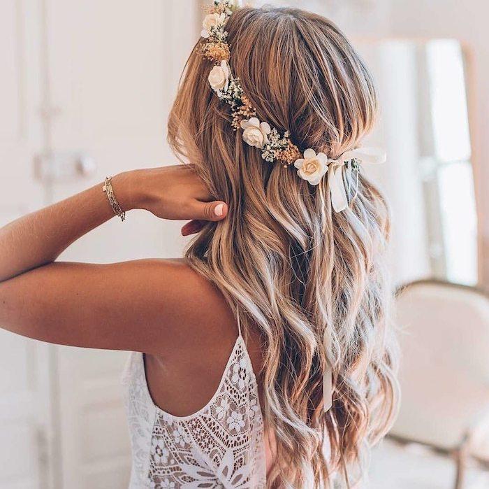 hochzeitsfrisuren strandwellen blumenkranz accessoires haare weißes kleid mit spitze blonde haare strähnen brautfrisuren lange haare