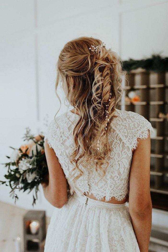 hochzeitskleid in zwei teilen aus spitze brautfrisur halboffen mit wellen und accessoires blonde haare mit strähnen hochsteckfrisuren mit locken