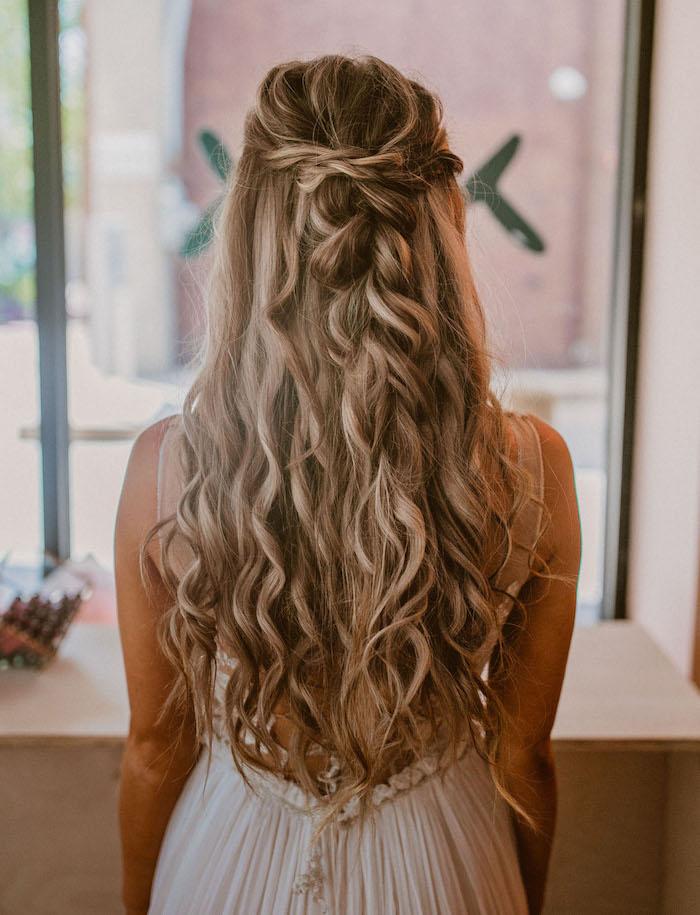 ideen und inspiration frisur halboffen gewellt mit losem zopf blonde haare mit strähnen boho chic style kleid rückenlos simple hochzeit planen