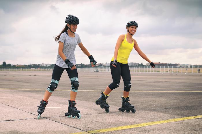 inline skaten was kann man heute machen idee für eine freizeitaktivität zwei junge frauen die inline skaten