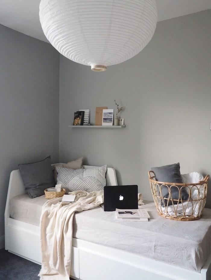innenausstattung graue farbtöne schwarzer laptop grauer kissen weiße decke teenager zimmer mädchen ikea bett mit aufbewahrung große lampe