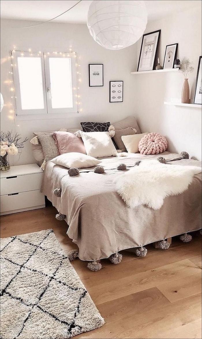 inneneinrichtung neutrale farben rosa beige teenager zimmer mädchen fenster dekoration lichterketten deko kissen klein groß bilder in schwarzen rahmen