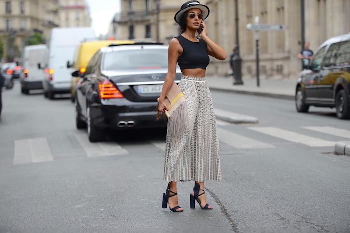 inspiration mode street style paris elegantes outfit schwarzes crop top und high heels beiger clutch welche schuhe zur culotte
