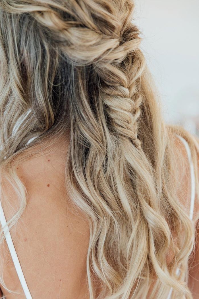 inspiration und ideen für brautfrisur halboffen mit zopf lange blonde haare mit strähnen boho chic hochzeit simples und elegantes kleid halboffene frisuren